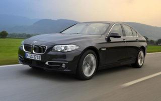 Voiture BMW 518 sur la route