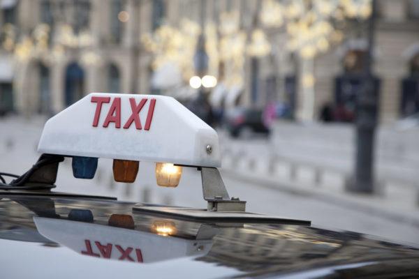 taxi dans les rues de Paris